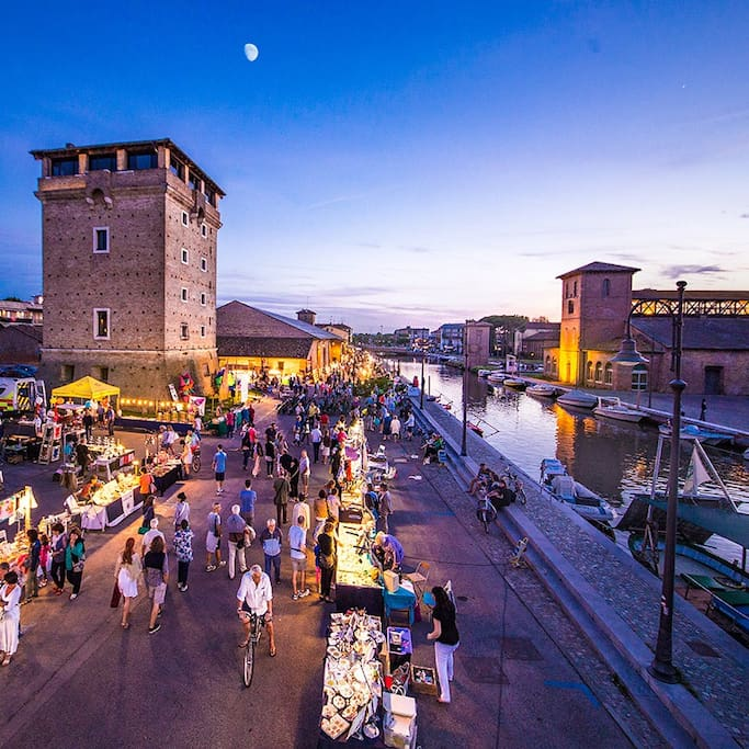 Along the canals is a vibrant town life, lined with cute gypsy inspired cafes, delicious sea food Osteria's, quirky markets and a whole lot more for you to discover at your doorstep.