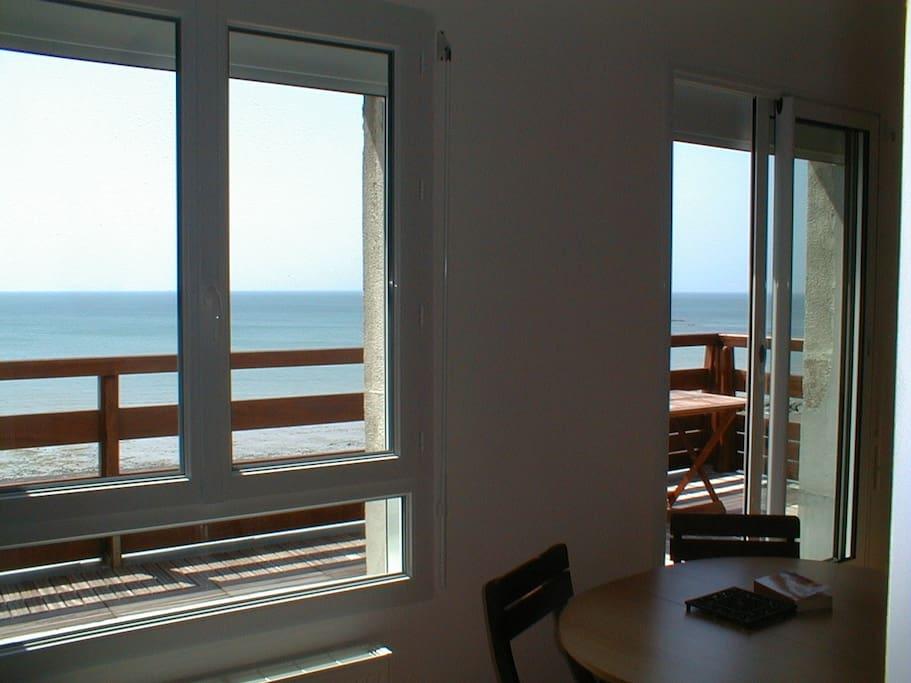 Le séjour donne sur une belle terrasse, juste au dessus de la plage.