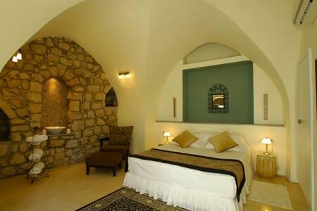 """Artists' Colony Inn """"Tzviya"""" Room - Safed - Bed & Breakfast"""
