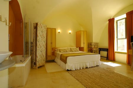 """Artists' Colony Inn """"Aryeh"""" Room - Safed - Bed & Breakfast"""