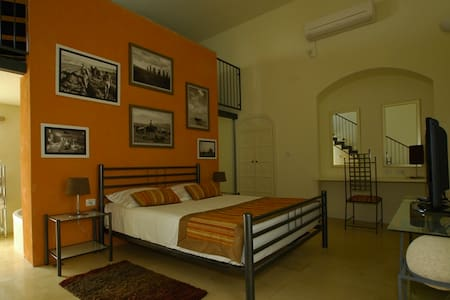 """Artists' Colony Inn """"Lianna"""" Room - Safed - Bed & Breakfast"""