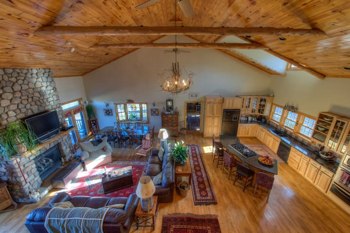 Great house w/pool close to Main st - Lake Placid - Huis