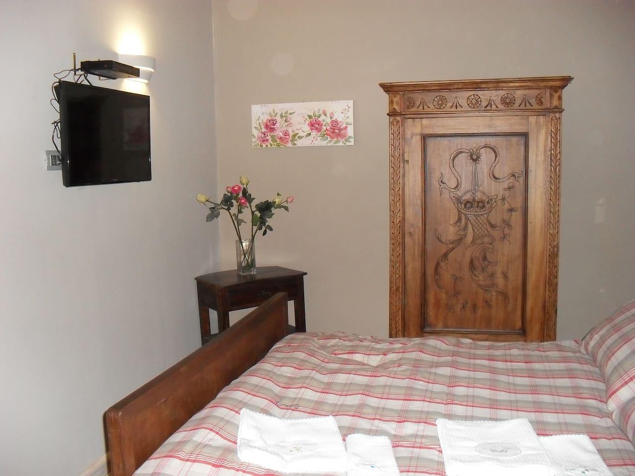 Camera matrimoniale con possibilita di aggiungere un lettino singolo.