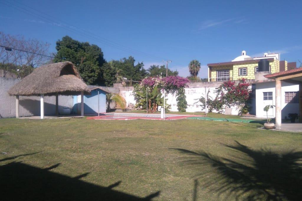 Amplio jardín y estacionamiento