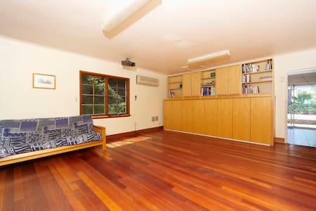 Rural retreat in parklike surrounds - Middle Dural
