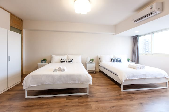 Very large 2nd bedroom with 2 queen beds and large windows  非常寬敞的臥室#2配有2張大床