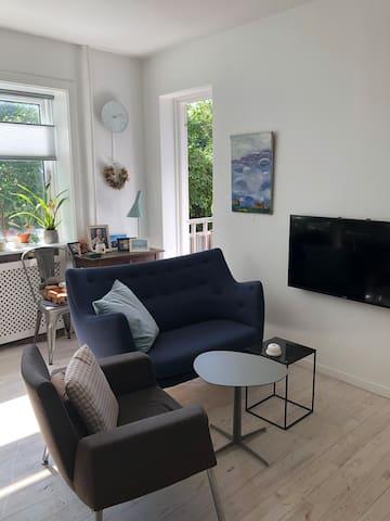 Modern flat with a sunny balcony 15 min from CPH