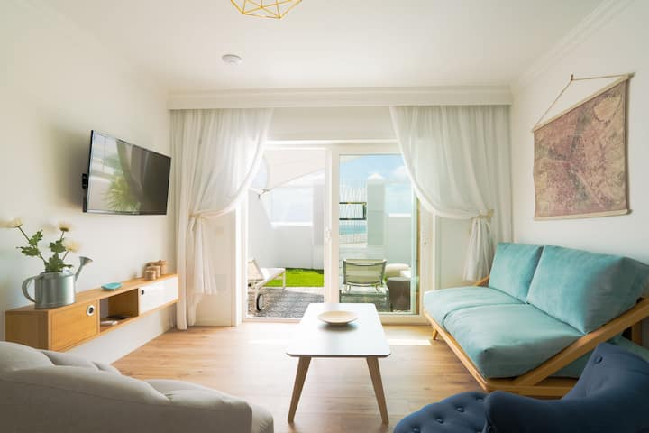2 bedroom apt beachfront& jacuzzi (4 adults)
