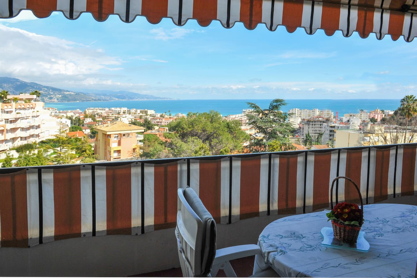 view of the bay of Roquebrune-Carnoles and Italy-vue sur la baie de Roquebrune-Carnoles & Italie