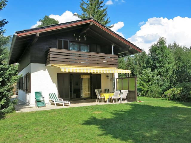 Lovely holiday home in a quiet location on the hillside above the lake