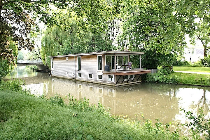Great stay on a boathouse  in centre of Utrecht