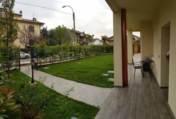 Luxurious apartment with garden and tavern (app.5)