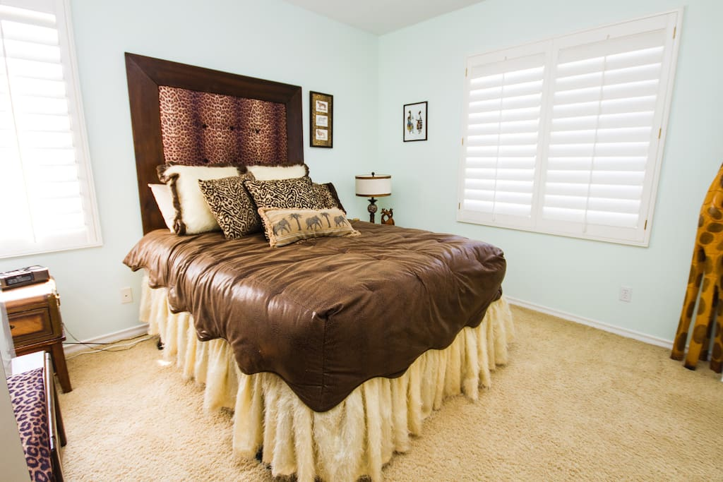 Your room with a Queen Size Bed, a view of the Mission Viejo Lake and Private Bathroom (*see description)