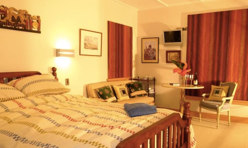 Mt Pisa room - queen bed, private bathroom, b'fast