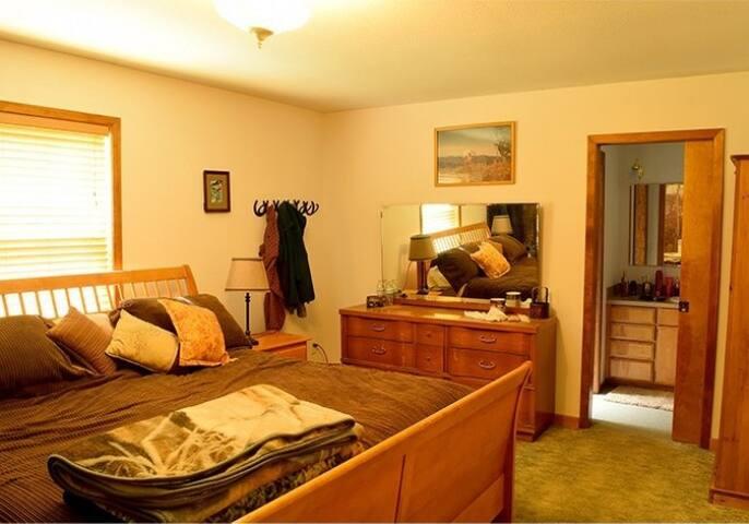 Tamarack 3 Bears Inn - Grizzly Bear Room