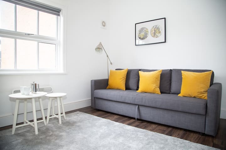 Stylish Converted Grade 2 Listed City Centre Apt.