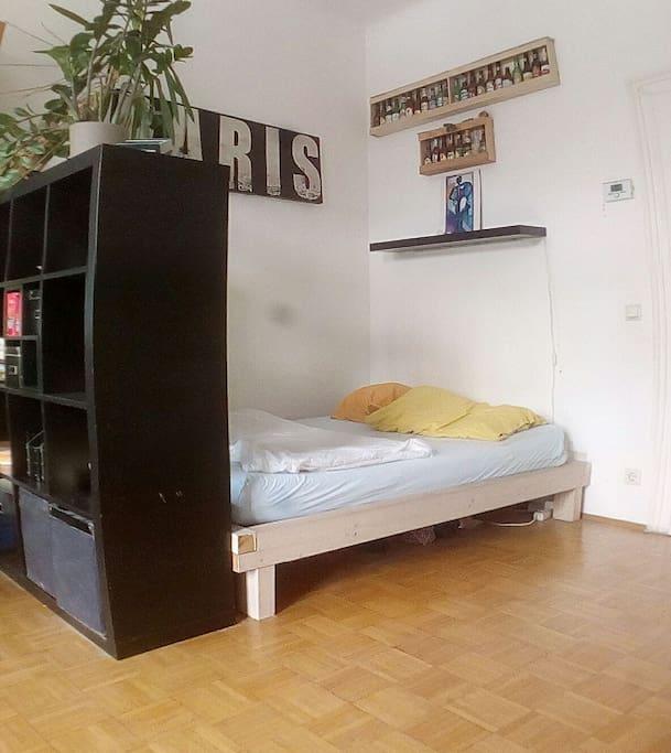 Gemütliches, großes Bett und viel Sonnenlicht