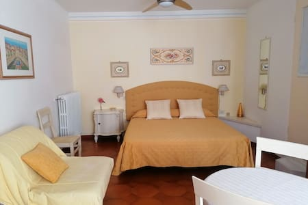"""Yellow Room"" - B&B Fratello Sole"
