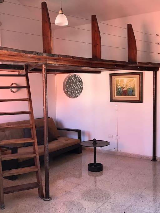 Foto Sala con Sofá cama y Tapanco