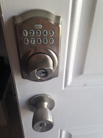 The apartment has an electronic lock so that you can check in and check out whenever is best for you without having to meet up.