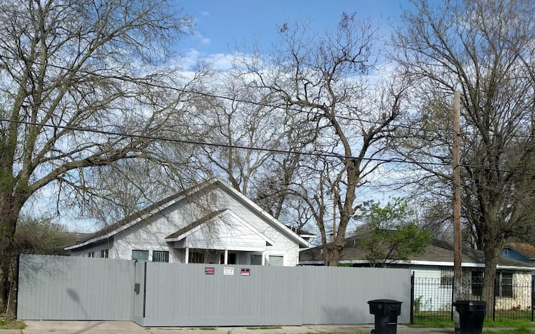 Privately Fenced Bungalow 2 Miles from Downtown