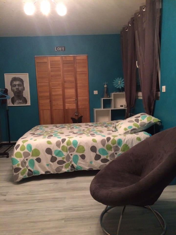 chambre bleue avec un lit double  au 1er étage