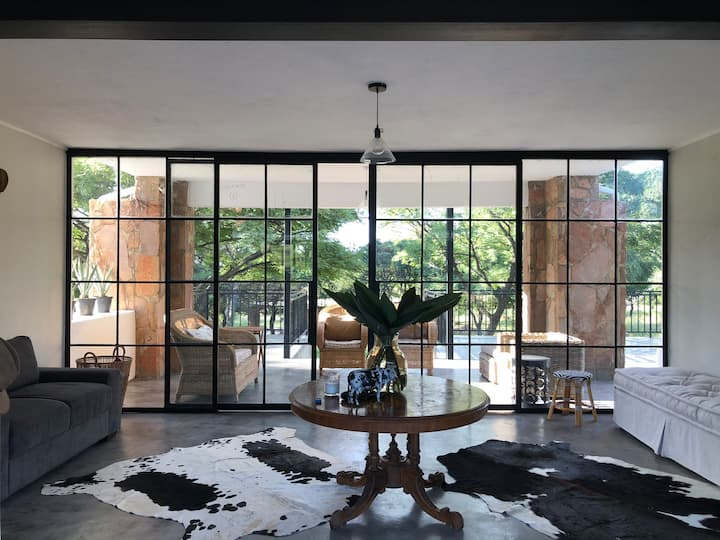 Stylish bush lodge in the Magaliesberg
