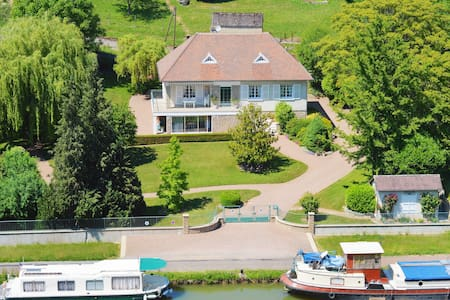 Charming French Villa on the Canal du Nivernais - Cercy-la-Tour - ที่พักพร้อมอาหารเช้า