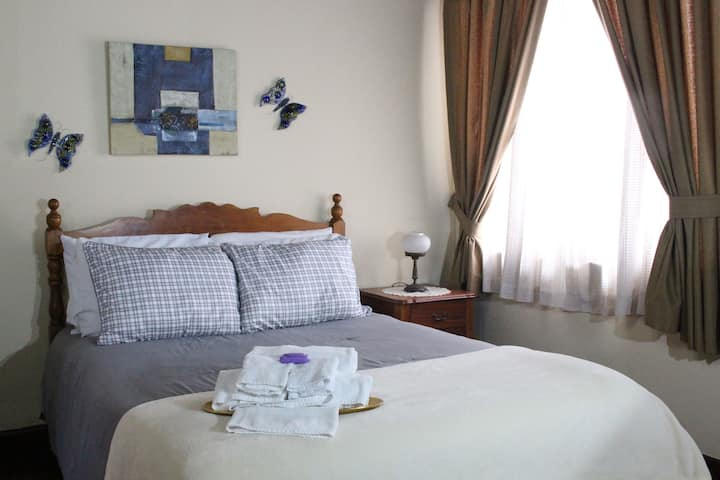 Lovely B&B Queen Suite in Historical Cartago