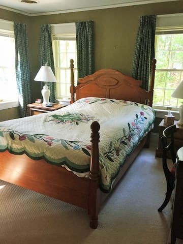 Queen bed, private bathroom, at the Ivy House
