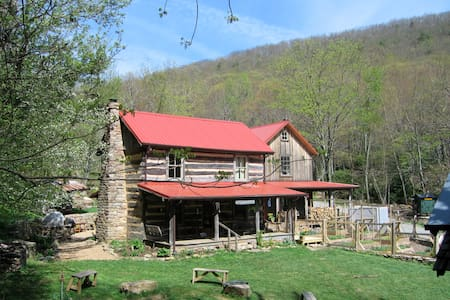 The Loft: Log Cabin B&B in the Woods