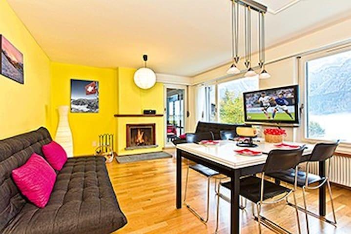 Wohnzimmer mit Sofas und Esstisch