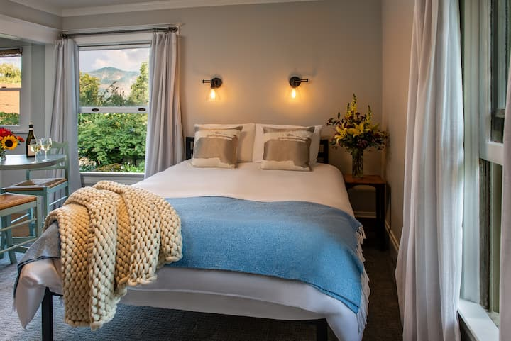 Garden Suite - Best location in Hood River! Your own apartment in a stylishly updated laid-back and fun boutique Hotel!