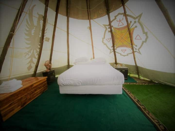 Similkameen: Tipi (teepee) glamping with fire pitt & shared bathroom