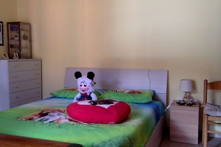 Camera: letto matrimoniale a due passi dal centro - Foligno - Appartement