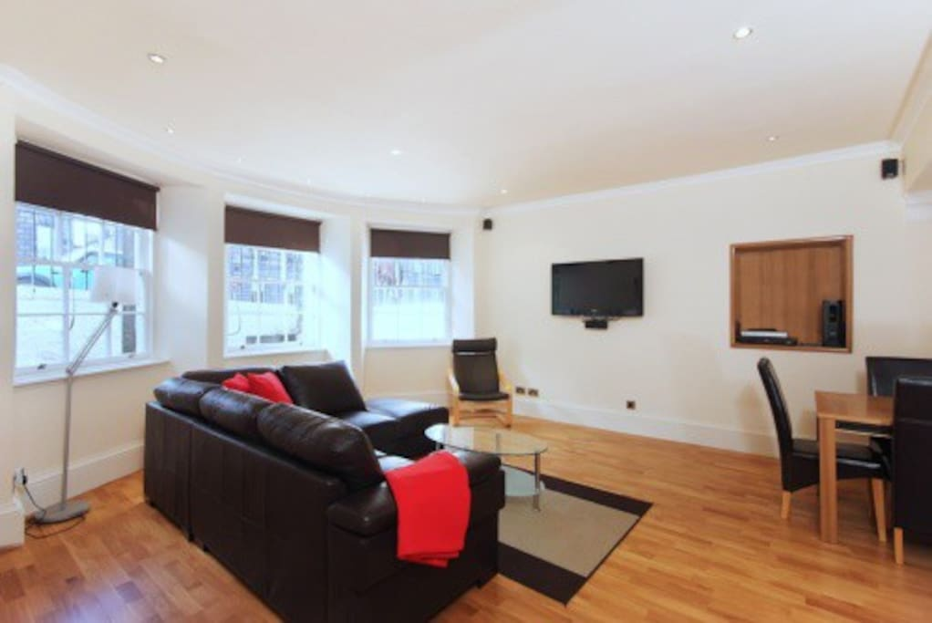 Bright, cosy, comfortable lounge with dining area for 8 guests.