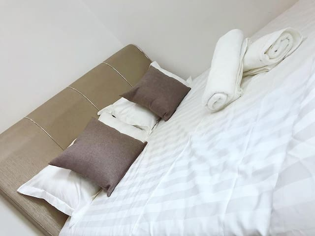 2nd room with queen bed