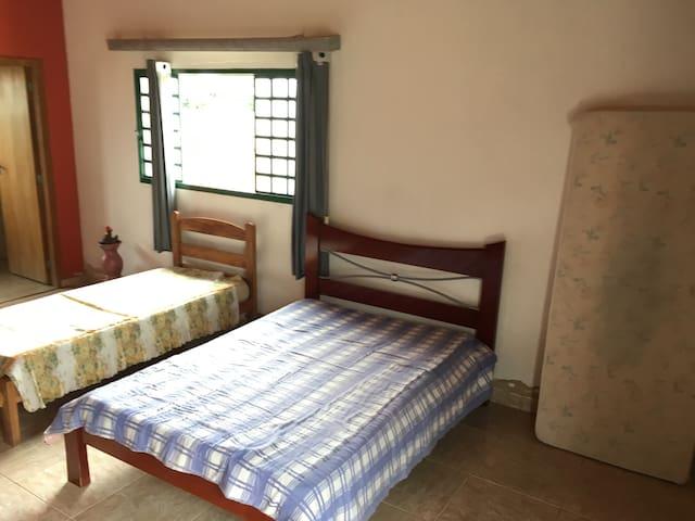 Quarto 1 - 1 cama de casal, 3 camas de solteiro e 1 colchão inflável de casal