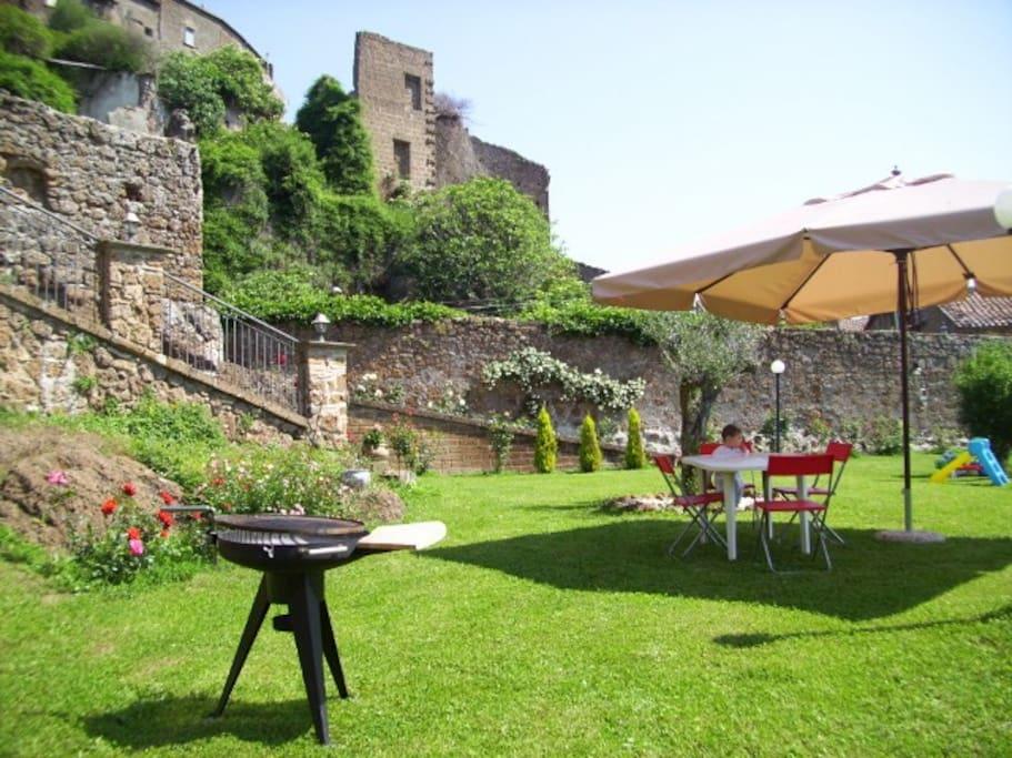 il giardino e le rovine dell'antico borgo
