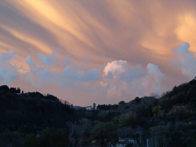 Sunset looking toward Volterra - Coucher de soleil sur Volterra vue de la ferme