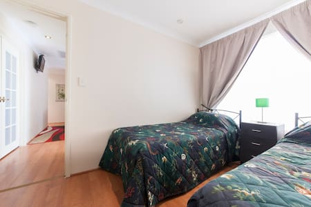 Parkside Suites B&B Twin Single beds room - Success - Bed & Breakfast