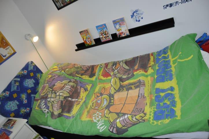 Drengeværelse med bøger, blade, bobspil, bordfodbold, legetøj.