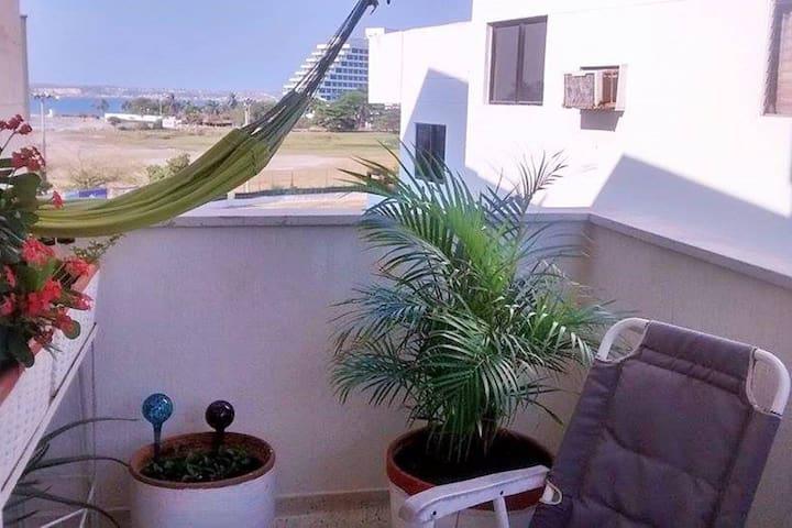 Habitación con balcón y vista al mar