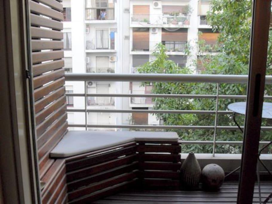 Relax en balcon, con deck madera y mesa/sillas para una copa o un cafe