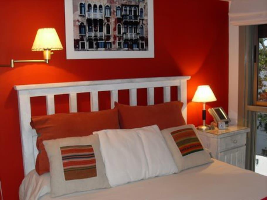 Dormitorio, cama doble, alegre, con ventana al exterior y placards de puertas espejadas