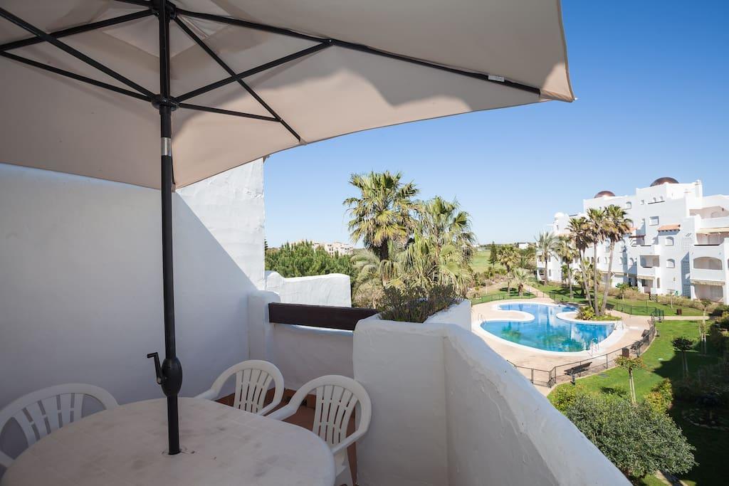 Terraza con vistas a la piscina y campo de golf