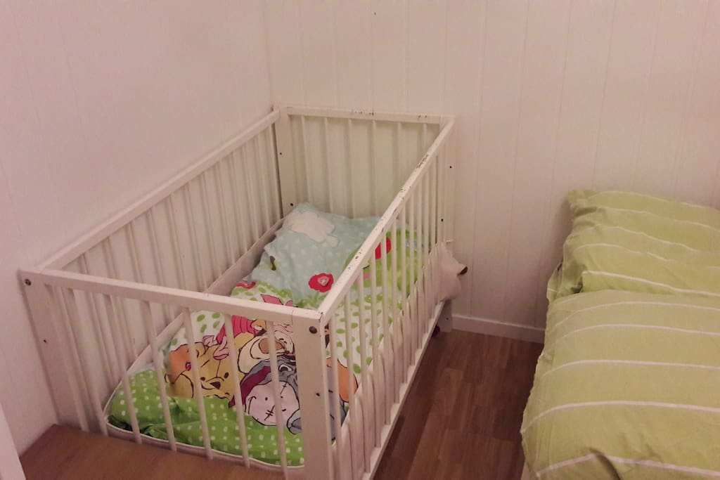 Bedroom 2: Babybed available