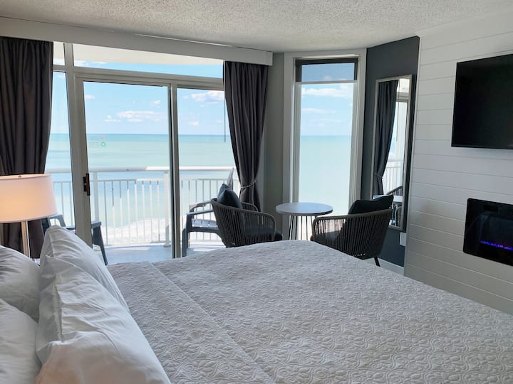 KING Suite Oceanfront beauty,  sleeps 4 comfy