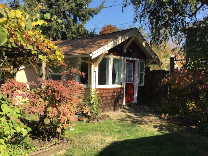 The Cozy Cottage (three blocks from UO)