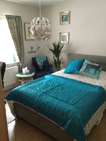 Nice private room with double bed, close to city